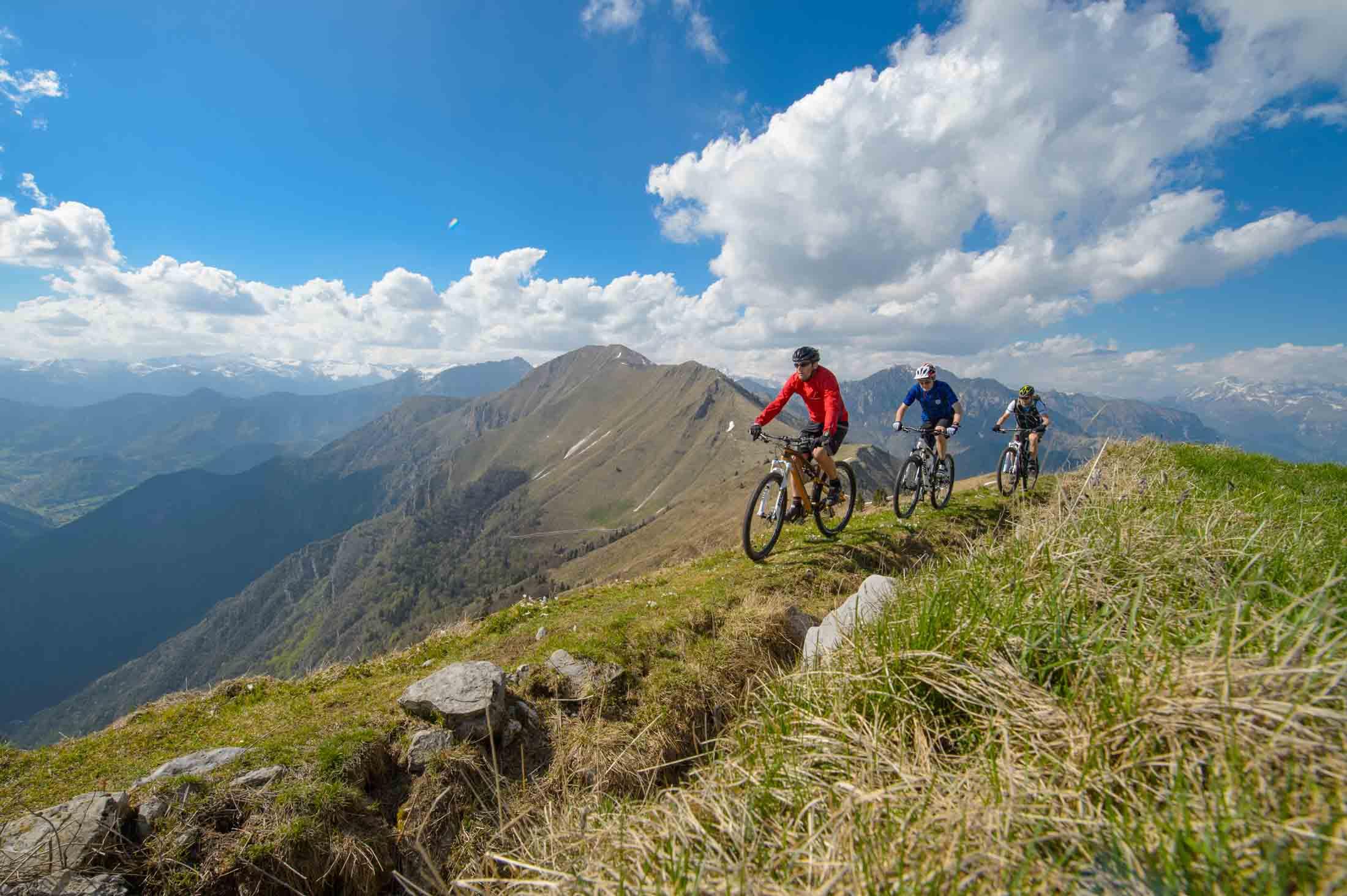 Mountainbiken op de ridge van Cima d'oro - Ledro meer - Dolomieten
